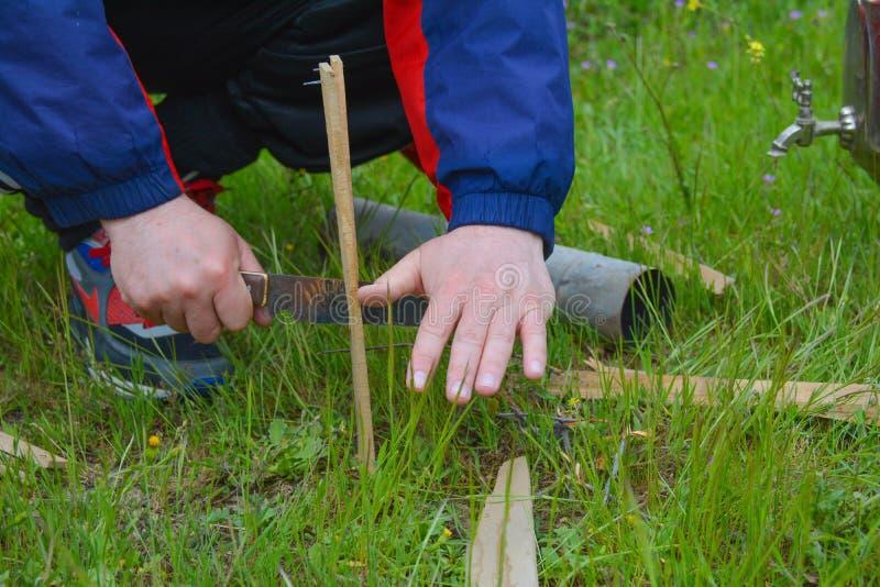 Picknick, voorbereiding voor ontsteking van samovar stock afbeelding