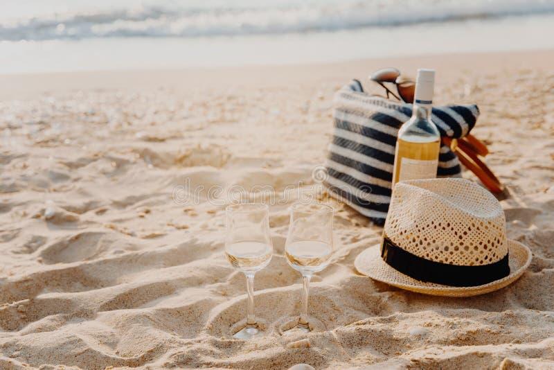 Picknickachtergrond met zak, druif en witte wijn door blauwe overzees royalty-vrije stock foto