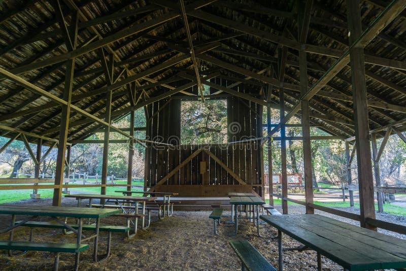 Picknickbanken onder een hey houten loods worden gevestigd die royalty-vrije stock foto's