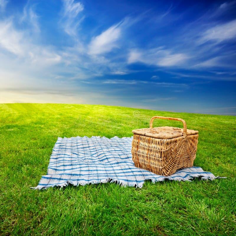 Picknickdecke U. -korb Lizenzfreie Stockfotos