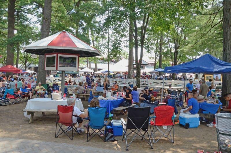 Picknicking op de renbaangronden, Saratoga-de Lentes, NY, Tom Wurl royalty-vrije stock foto's