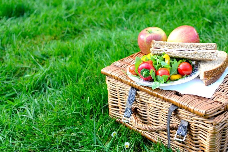Picknickkorb lizenzfreies stockbild