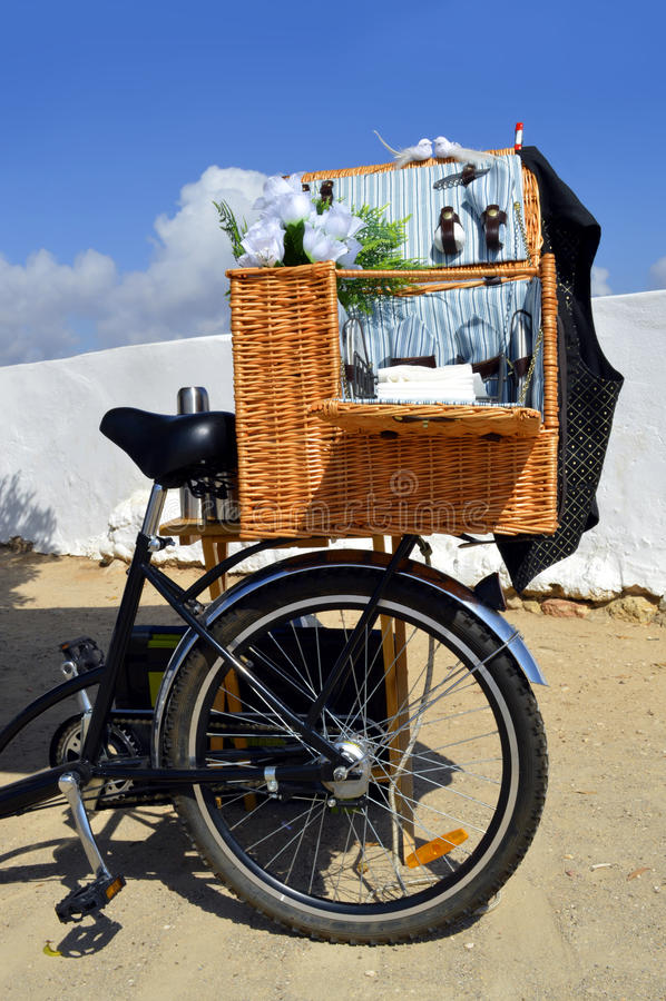 picknickkorb auf einem fahrrad stockbild bild von k ken dreirad 47635427. Black Bedroom Furniture Sets. Home Design Ideas