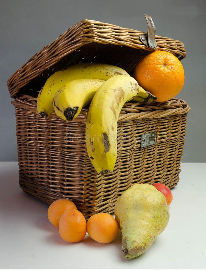 Picknickkorb mit Früchten stockfotos