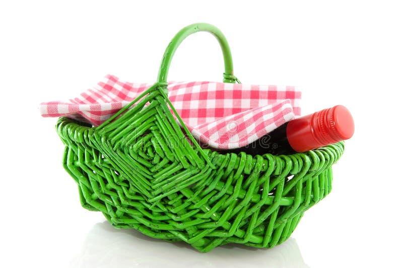 Picknickkorb mit Wein lizenzfreie stockfotografie