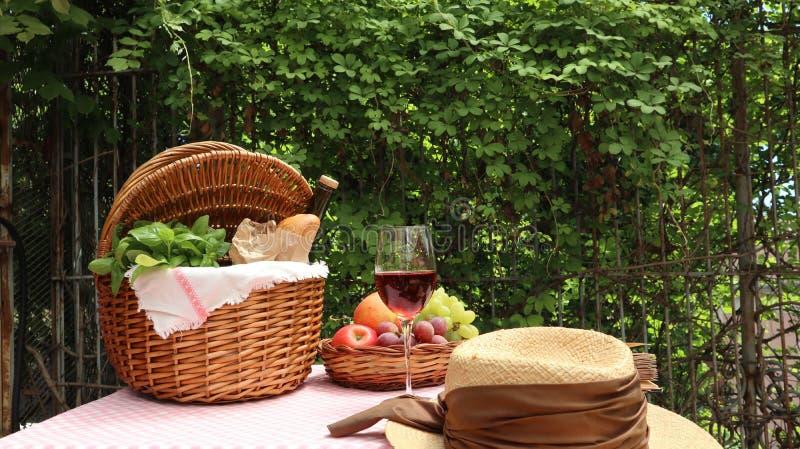 Picknickkorg med mat royaltyfria foton