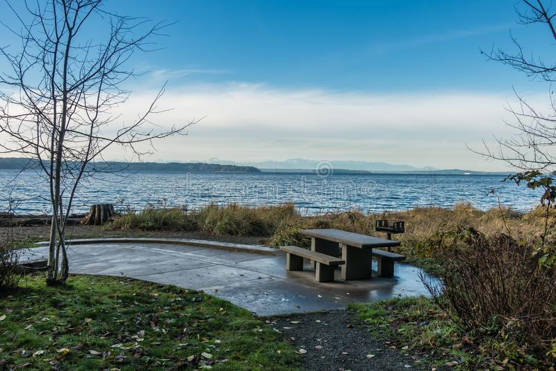 Picknicklijst en Puget Sound stock foto's