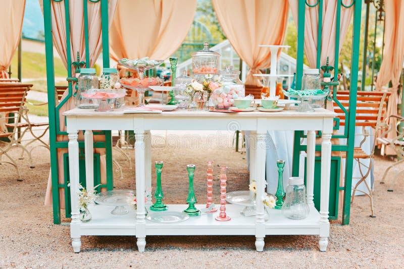 Picknicklijst met schotels, wijnglazen, kaarsenhouders en diverse snacks, swomens dag, huwelijk, Romaanse viering, picknick, royalty-vrije stock foto's