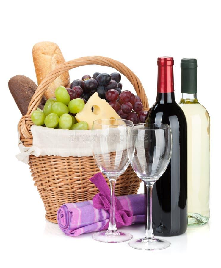 Picknickmand met brood, kaas, druiven en wijnflessen royalty-vrije stock afbeelding