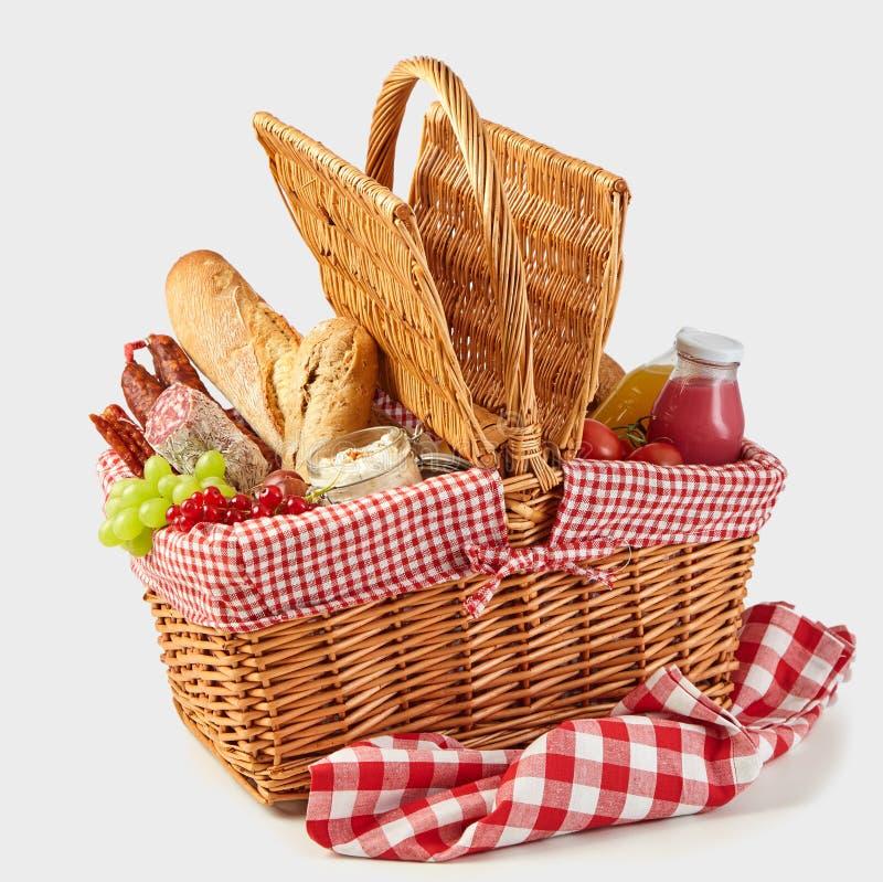 Picknickmand met een smakelijke de zomerlunch die wordt ingepakt stock afbeeldingen
