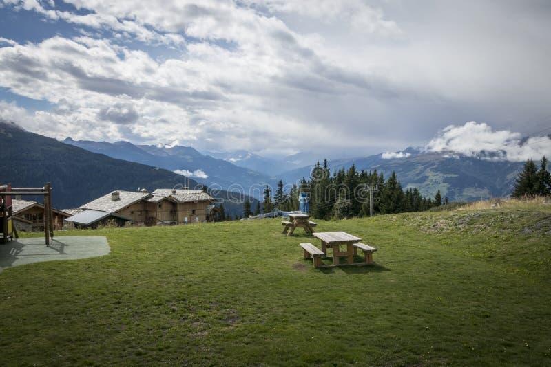 Picknickplatz in den Alpen stockbilder