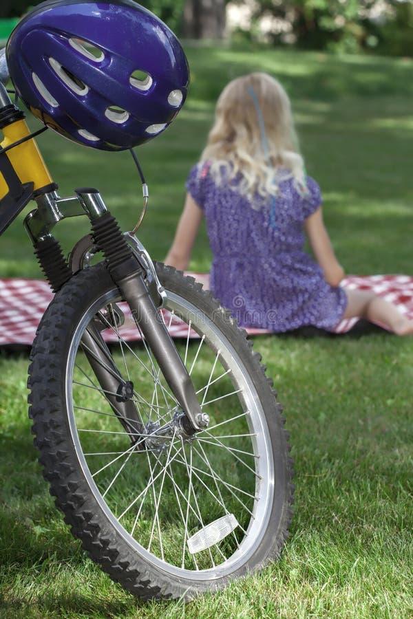 Picknickrecreatie na fiets het berijden royalty-vrije stock afbeelding
