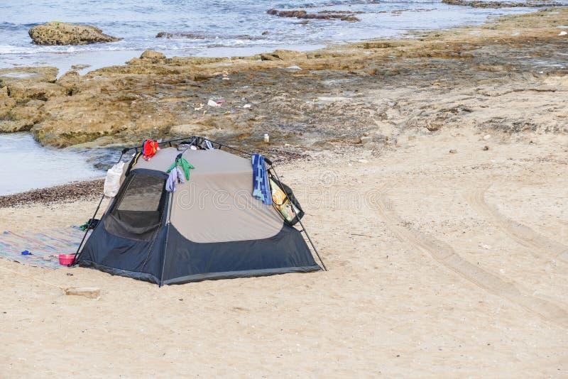 Picknicktält på stranden arkivbilder