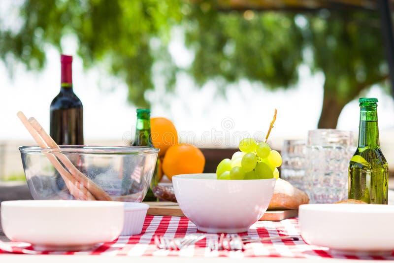 Picknicktabell med mat och drinkar arkivfoto