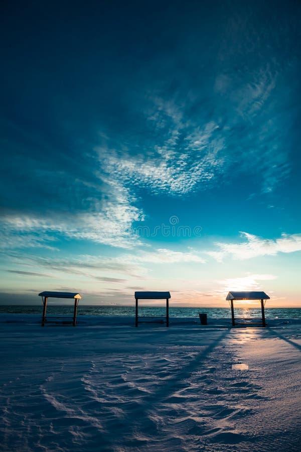 Picknicktabell på havet under vintern royaltyfri foto
