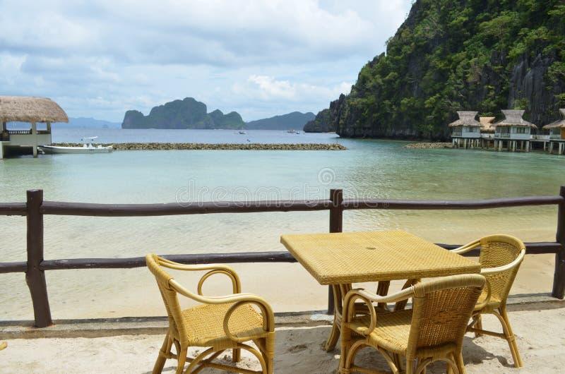 Picknicktabell vid kusten, Palawan, Filippinerna fotografering för bildbyråer