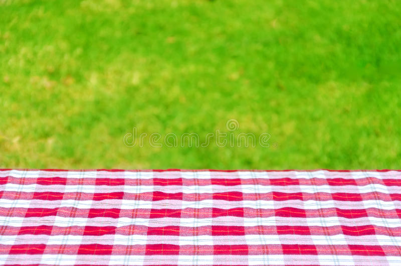 Picknicktafelkleed op de lijst stock foto's