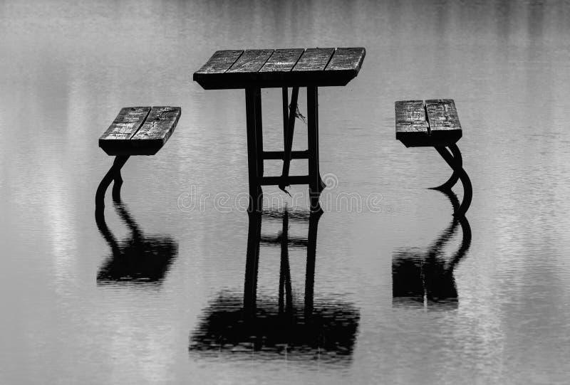 Picknicktisch im Wasser lizenzfreie stockfotos