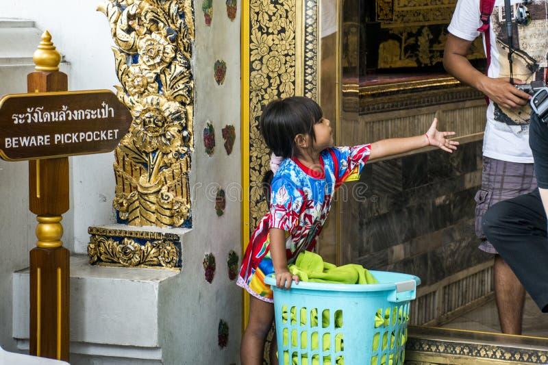 Pickpocket d'enfant d'entrée de Wat Pho Thailand Bangkok images libres de droits