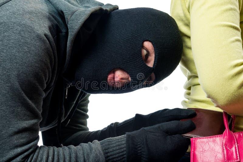 pickpocket de voleur tout en volant une bourse d'un sac photographie stock