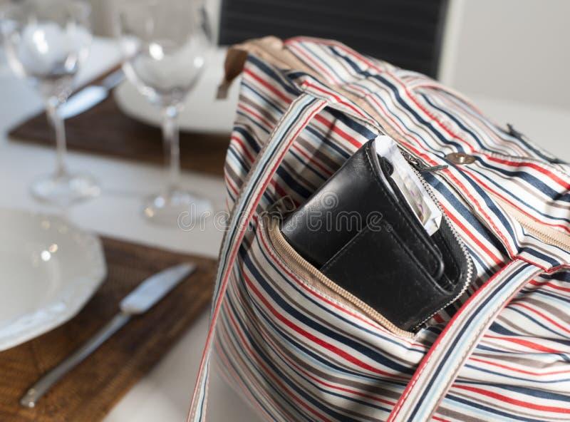 Pickpocket, portefeuille dans un sac image stock