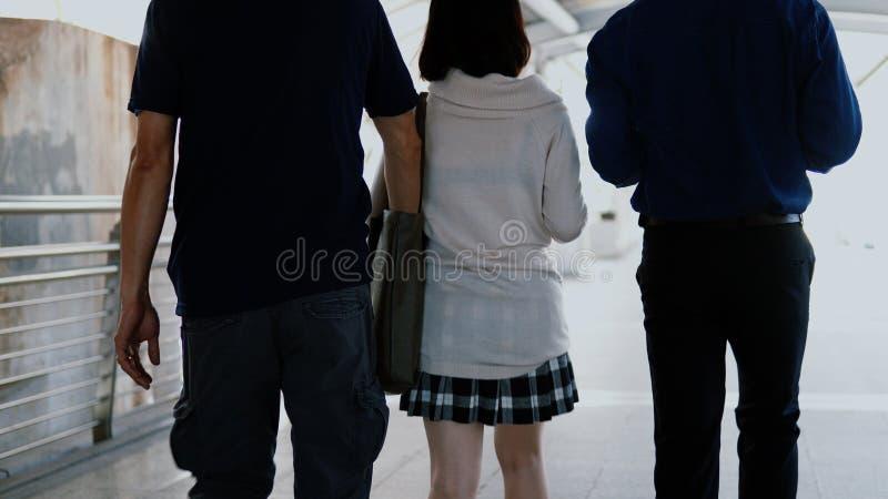 Pickpocket prenant le portefeuille de la poche de femme dedans derrière tandis que walki photo stock