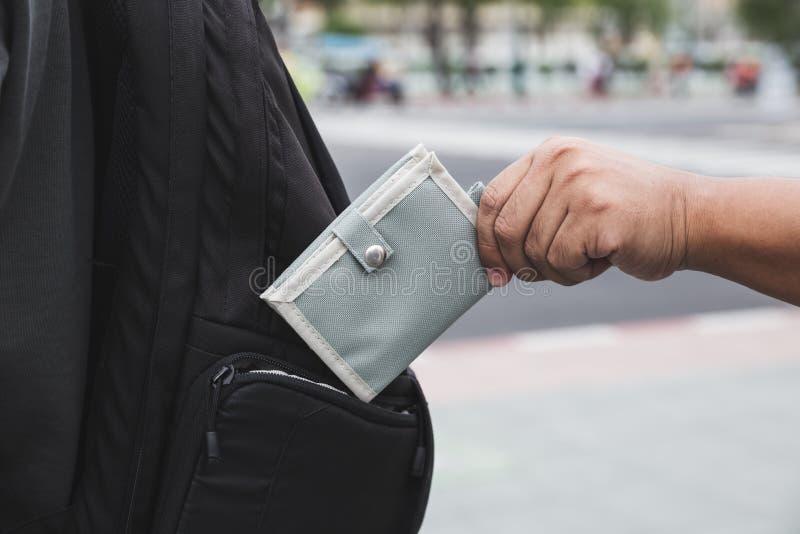 Pickpocket volant le portefeuille du touriste photographie stock libre de droits