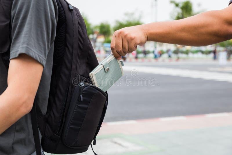 Pickpocket volant le portefeuille du touriste photo stock