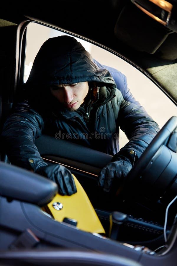 Pickpocket volant le sac à main de la voiture photo libre de droits