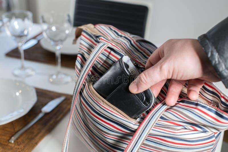 Pickpocket volant un portefeuille photographie stock libre de droits