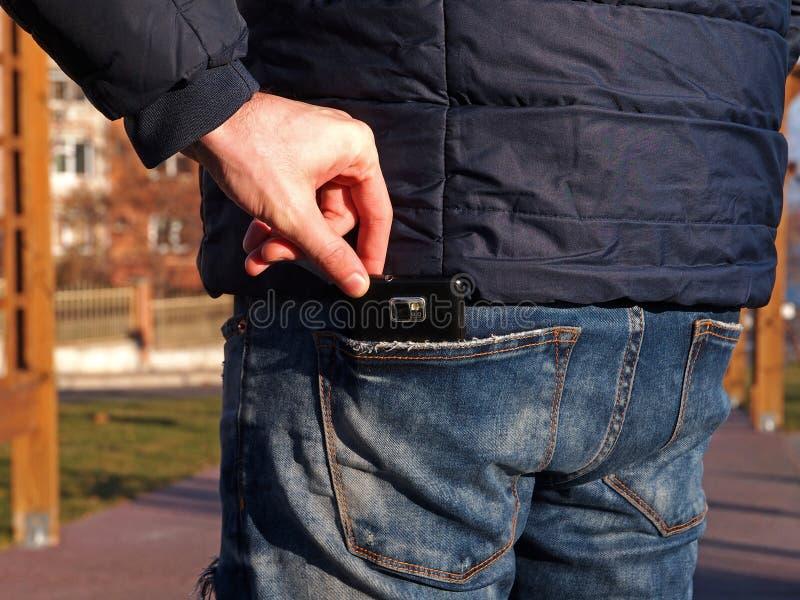 Pickpocket volant un smartphone photographie stock libre de droits