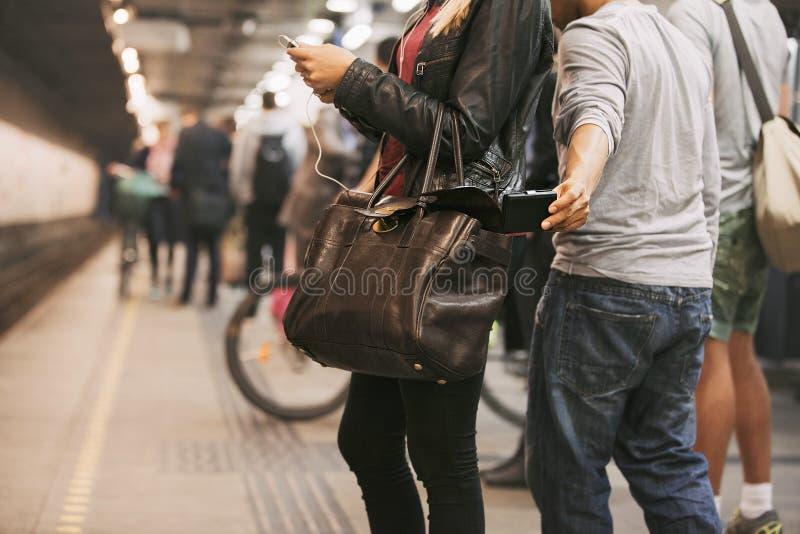 Pickpocketing на станции метро стоковая фотография rf