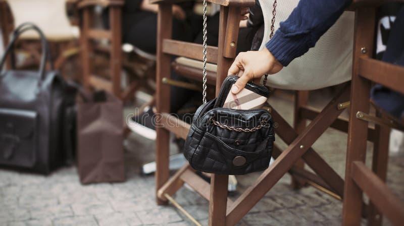 Pickpocketing au café de rue pendant la journée image stock