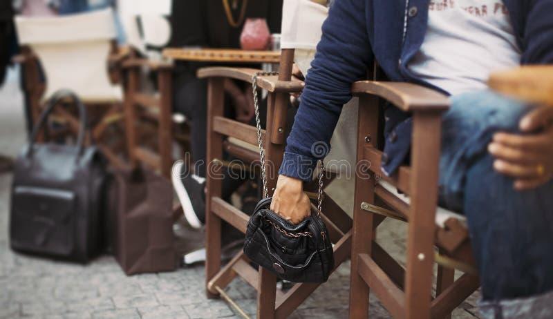 Pickpocketing på gatakafét royaltyfri foto