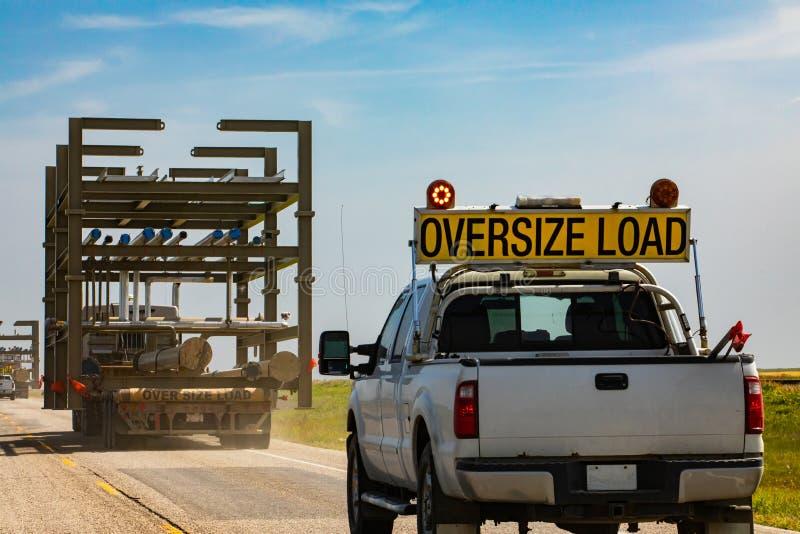 Pickup è un avviso contro un camion di dimensioni eccessive immagine stock