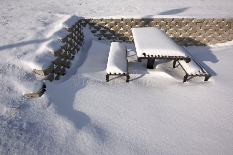 picnic πάγκων χιονώδες στοκ εικόνα με δικαίωμα ελεύθερης χρήσης