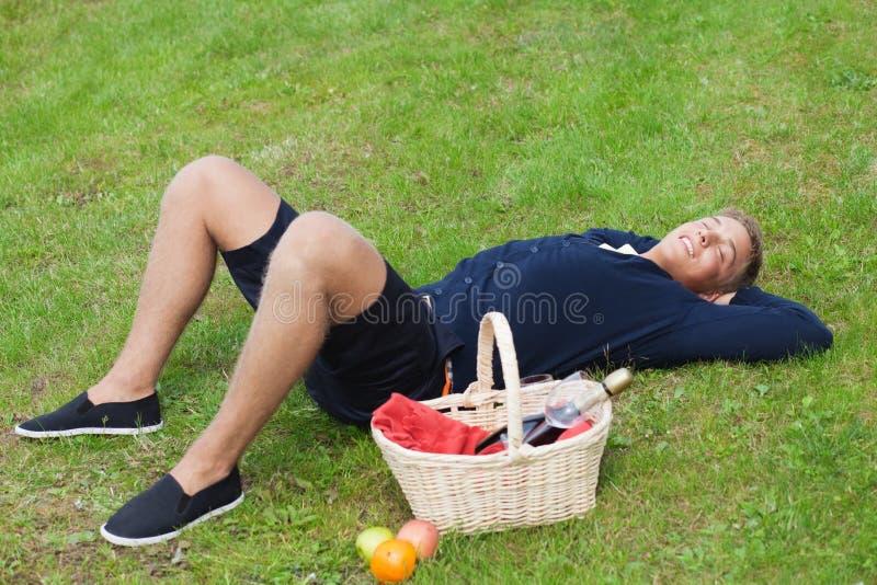 picnic dell'uomo fotografia stock libera da diritti