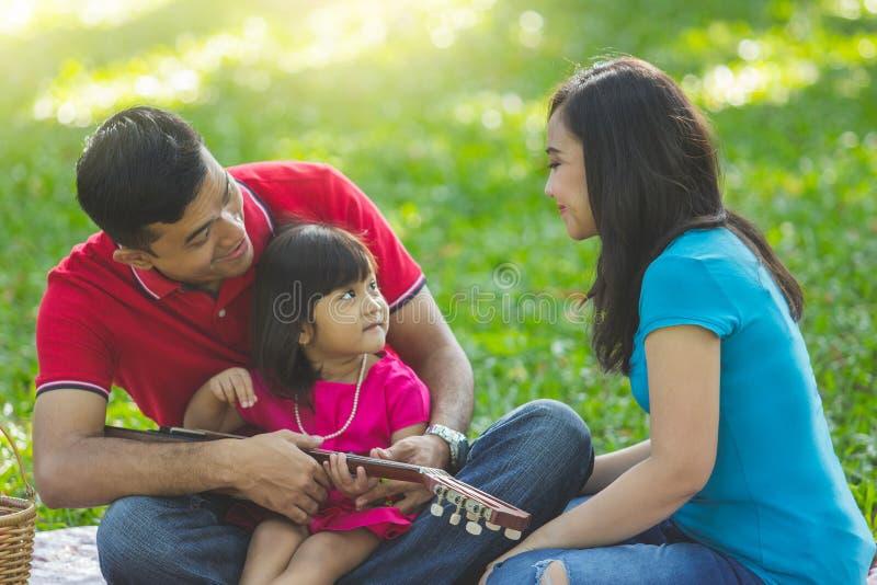 Picnic della famiglia al parco fotografie stock libere da diritti