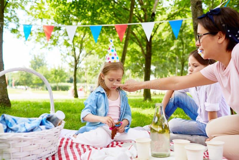 Picnic di compleanno in parco immagine stock libera da diritti