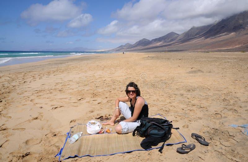Picnic sulla spiaggia immagine stock
