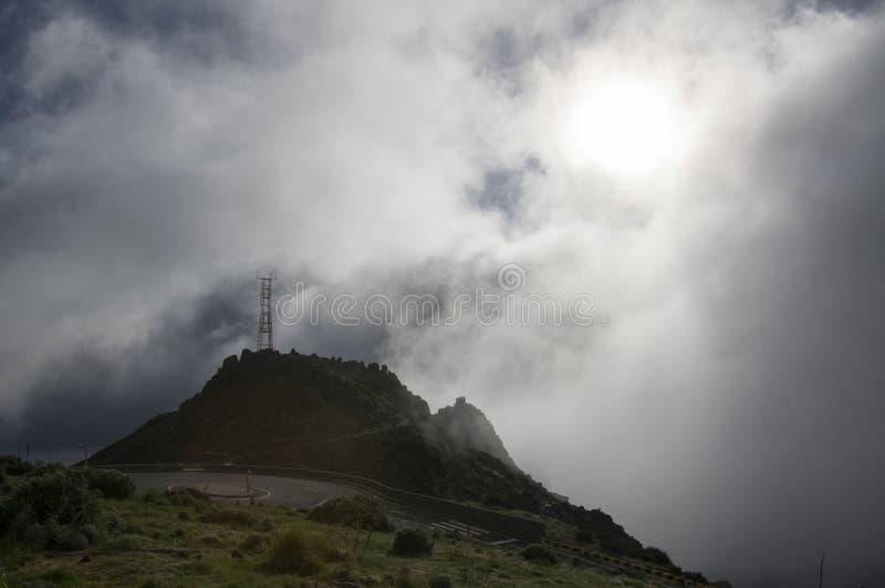 Pico做Arieiro供徒步旅行的小道、惊人的不可思议的风景有难以置信的看法,岩石和薄雾,高发射机驻地 库存照片