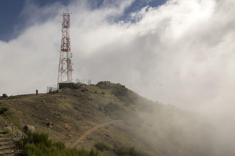Pico做Arieiro供徒步旅行的小道、惊人的不可思议的风景有难以置信的看法,岩石和薄雾,高发射机驻地 免版税库存图片