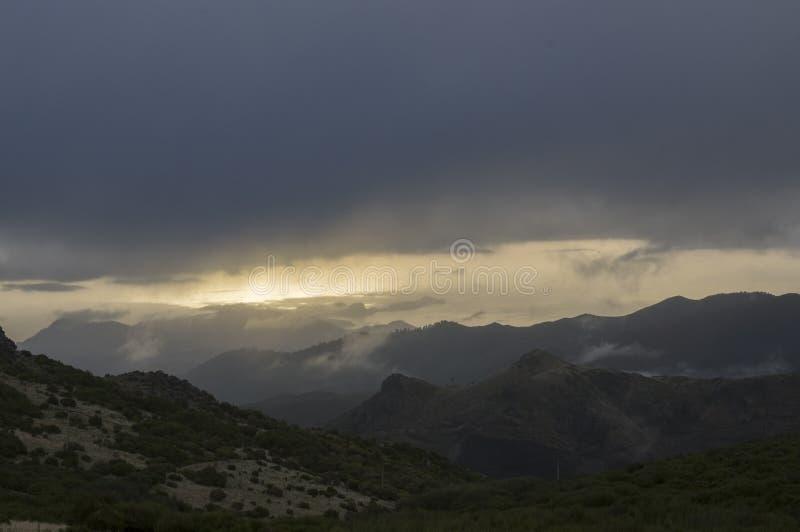 Pico做Arieiro山周围、惊人的不可思议的风景有难以置信的看法,岩石和薄雾,马德拉岛 库存照片