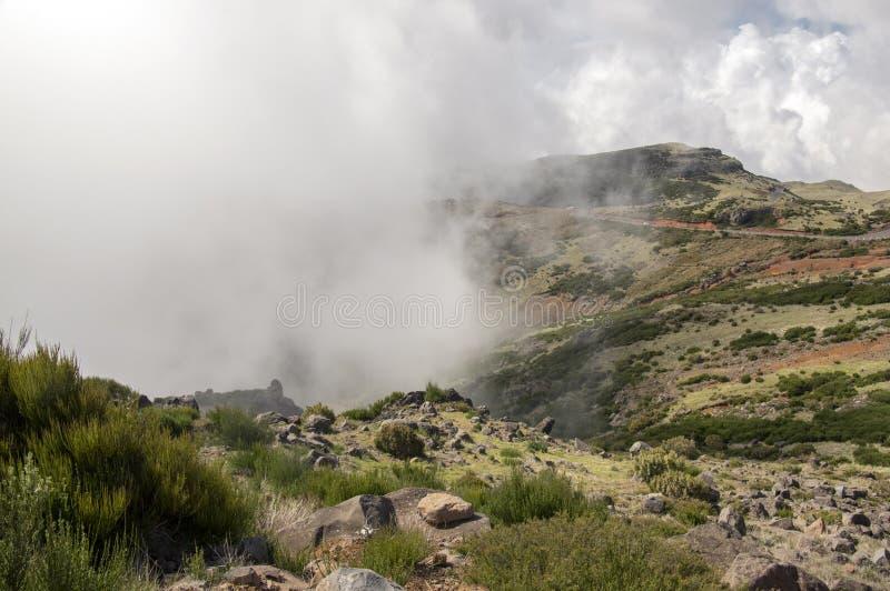 Pico做Arieiro山周围、惊人的不可思议的风景有难以置信的看法,岩石和薄雾,马德拉岛 库存图片