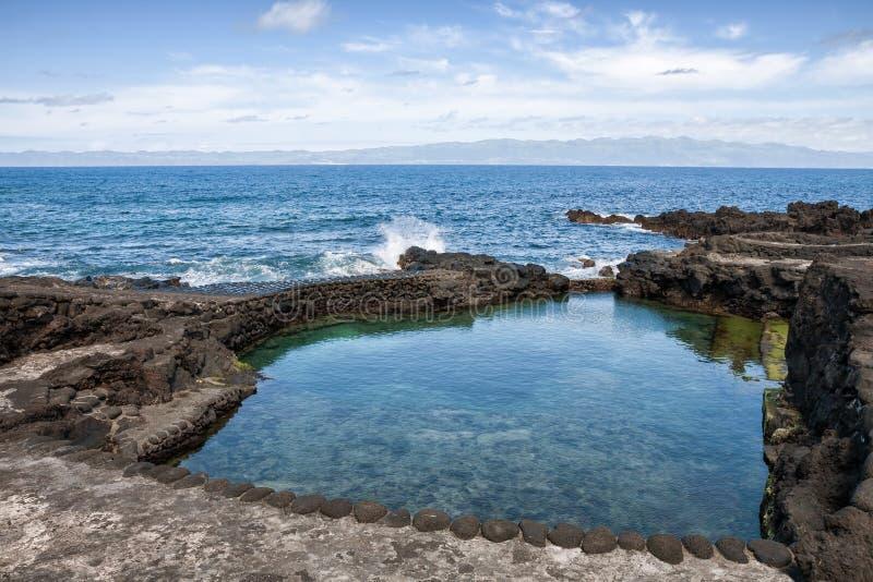 Pico海岛,人为海滩,亚速尔群岛海岸  免版税库存图片