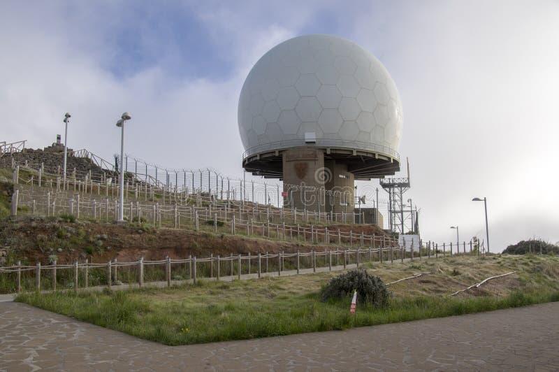 Pico Arieiro madera, PORTUGALIA, Kwiecień,/- 21, 2017: Obrony Powietrznej Radarowa stacja lokalizuje na wierzchołku Pico robi Ari obraz royalty free