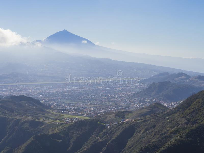 Pico azul de la cumbre del soporte lo más arriba posible español de volcano pico del teide foto de archivo