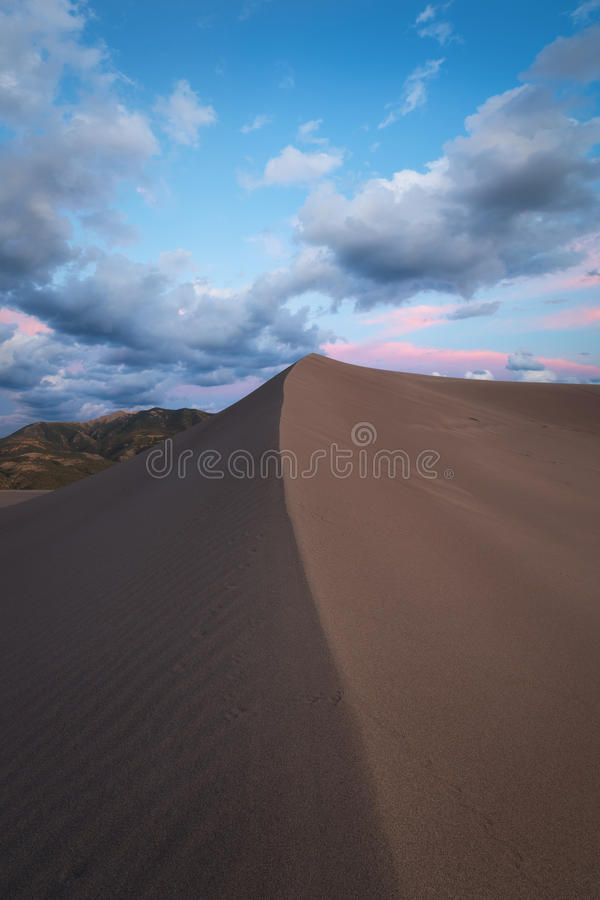 Pico da duna de areia no por do sol foto de stock royalty free