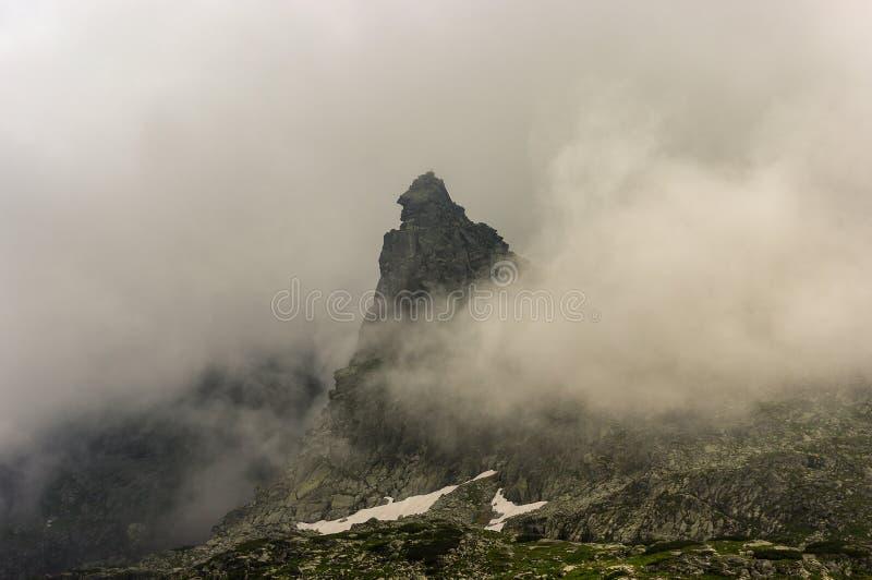 Pico da monge entre as montanhas altas de Tatra da névoa poland foto de stock