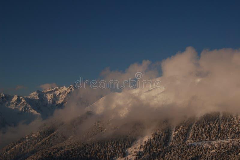 Pico da montanha cercado por nuvens imagens de stock